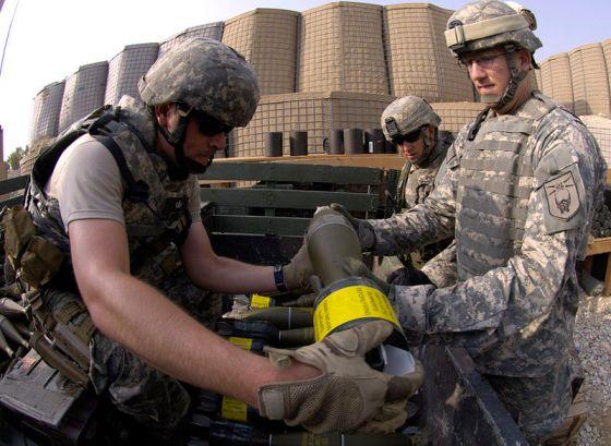 Foto: Amerikanische Soldaten in Afghanistan verladen Mörsergranaten / Master Sgt. Jim Varhegyi