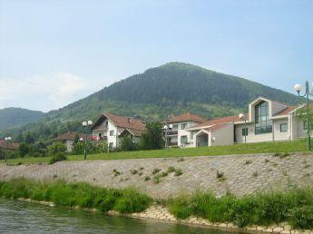 Der Blick auf den Hügel Visočica und die Stadt Visoko im Jahr 2007. Lizenz: Public domain Die Originaldatei ist hier zu finden.